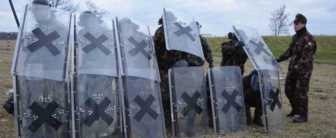 Gyakorlatoznak a Ciprusra készülő katonák